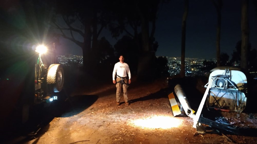 Resgate noturno de helicóptero por uma tirolesa